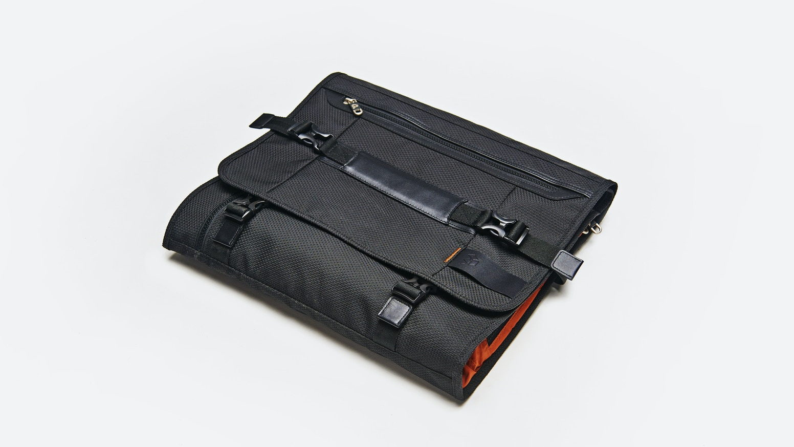 Need to look smart, but hate travelling in a suit?  Never travel in your suit again with the smartest garment bag in the world.