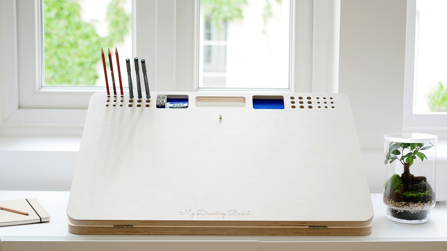 The perfect companion for any creative. Designed to draw in the best conditions and keep your work space organized.