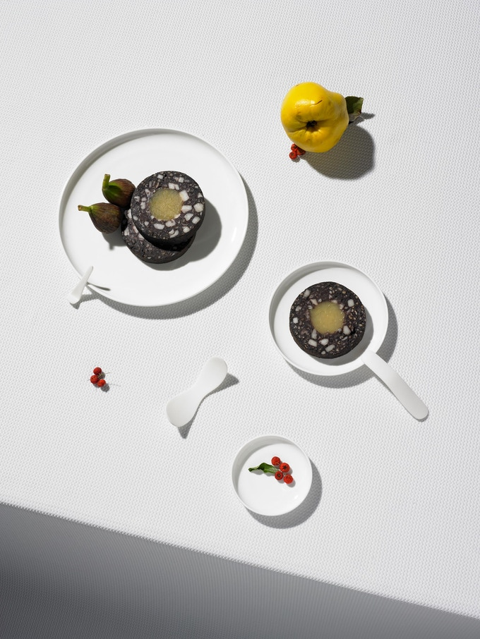 Blood sausage is traditionally eaten with apple, and here the two ingredients are combined in one sausage. The core of apple gel is set with agar, a substance with a high melting point. Photo by Jonas Marguet