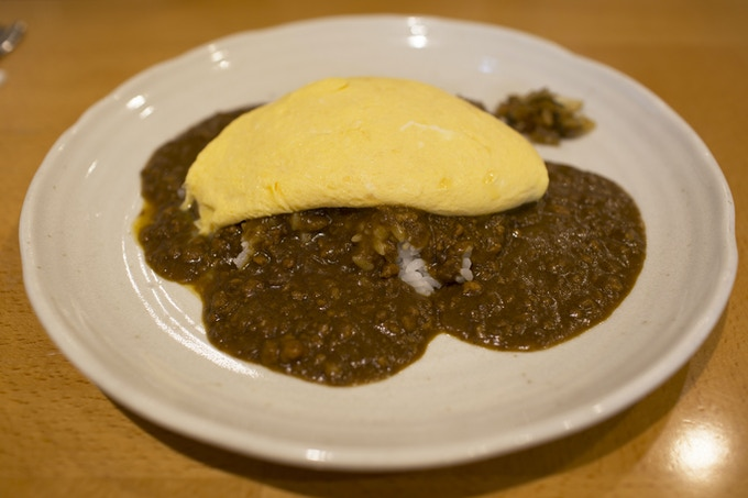 Soft Omelette over Curry Rice, Photograph by @foodbunker