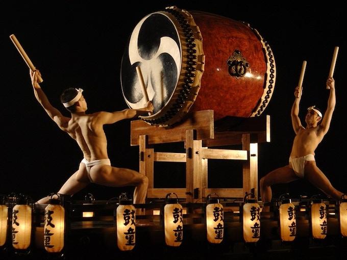 Divine Taiko performance with Mitszudomoe symbol on the Taiko surface