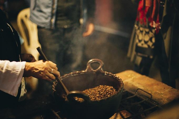 Remedios tuesta el café en olla de barro, en Huauchinango, Puebla.
