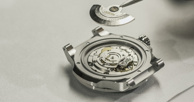 Pose of the Oscillating Weight on the ETA 2824-2