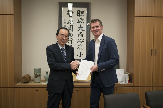 Meeting with Naoto Kan, the former Prime Minister of Japan, handing over the original essay. Tokyo, Japan.