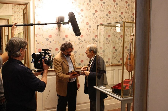 "Francesco Lotoro during an interview, analyzing the ""violin of Auschwitz"""