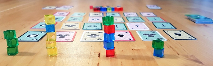Fawlty Towers is a dexterity game with tactical choices and risk management. Stack the cubes in order to gain cards that score points.