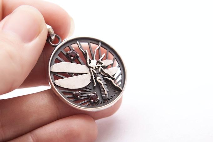 Radiance reward: silver pendant with garnets (26mm // 1in)
