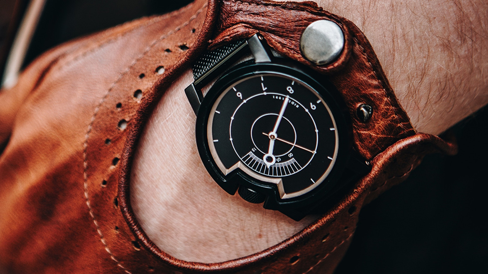Wrist watches for free motion through lifetime with unique case design inspired by the Café Racer motorbike culture.