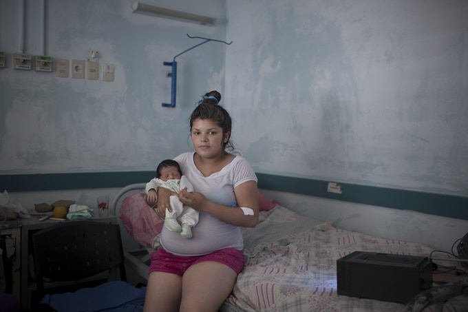 Micaela (15 years old) and her newborn, Franco, in Uruguay. / Micaela y su hijo recién nacido Franco en Montevideo, Uruguay.