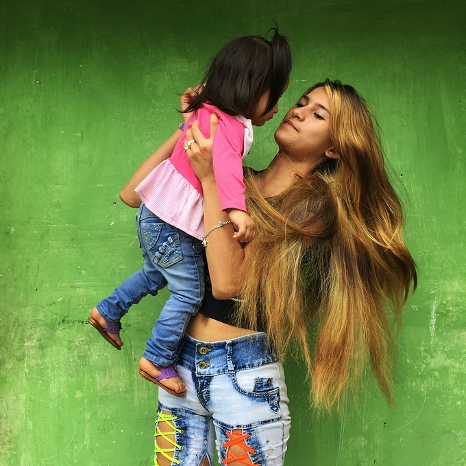 Portrait of Yerli ( 16 years old with her two year old baby) . She wants to be a model. / Retrato de Yerli de 16 años de edad. Quito, Ecuador.