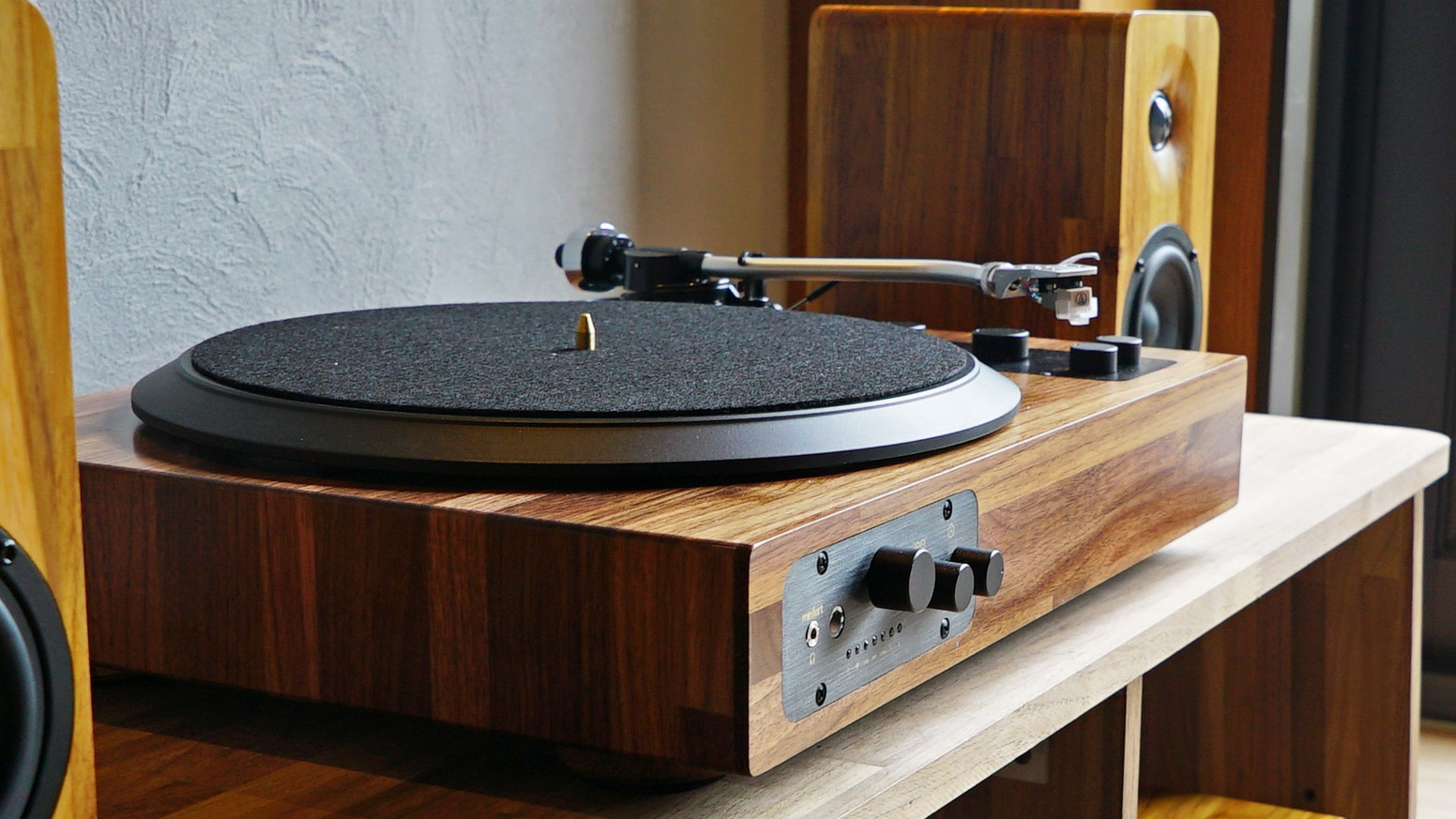 Enjoy all your vinyl records AND online playlists: Minfort's wooden turntable is the perfect mix of retro and modern.