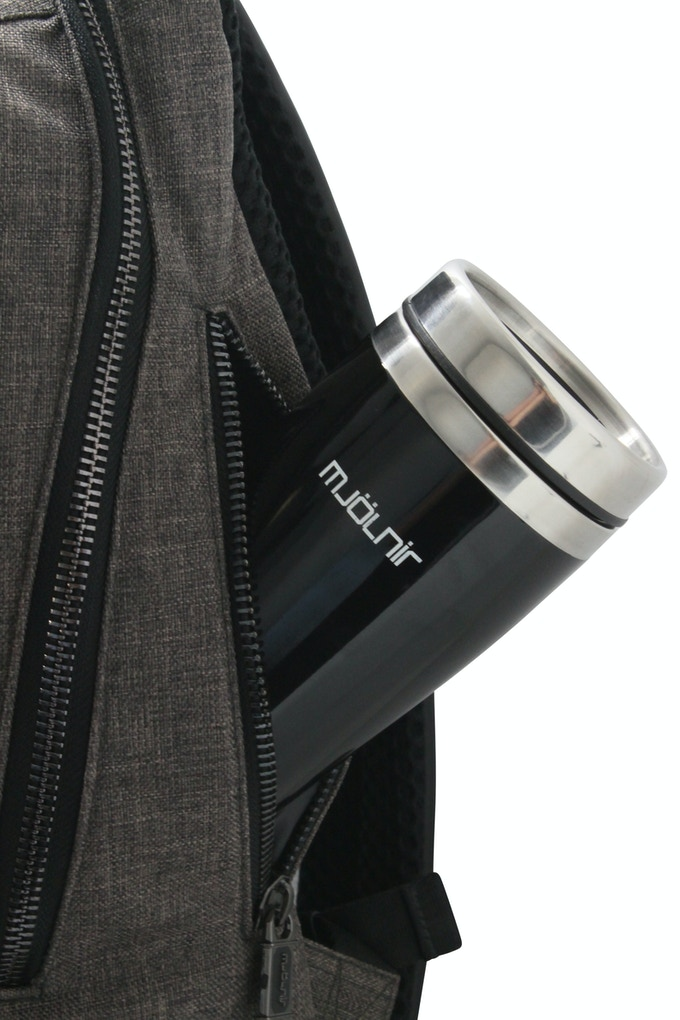 Integrated side pockets with water repellent lining and taped seams. To prevent leakage from water bottles or coffee mugs to run into the main compartment.
