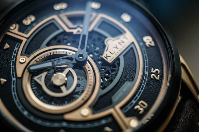 Deep dive in the incredible dial of the EC-03