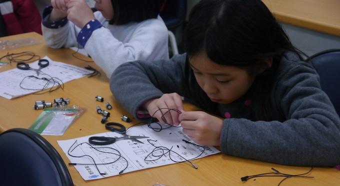 Children building Mini-arm