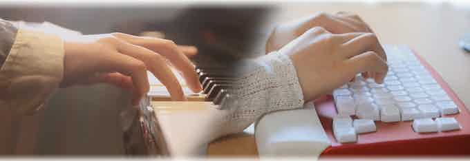 Just like playing piano, you don't want to type in a twisted position, which is harmful to your wrist. So, we have a soft wrist support to protect your wrist from long-time-typing injury.