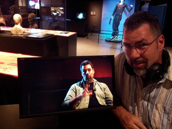 Erik Gosselin en visite à la Cinémathèque Québécoise où quelques-unes de ces oeuvres font partis de l'exposition permanente 'Secrets et Illusions, la magie des effets spéciaux'.
