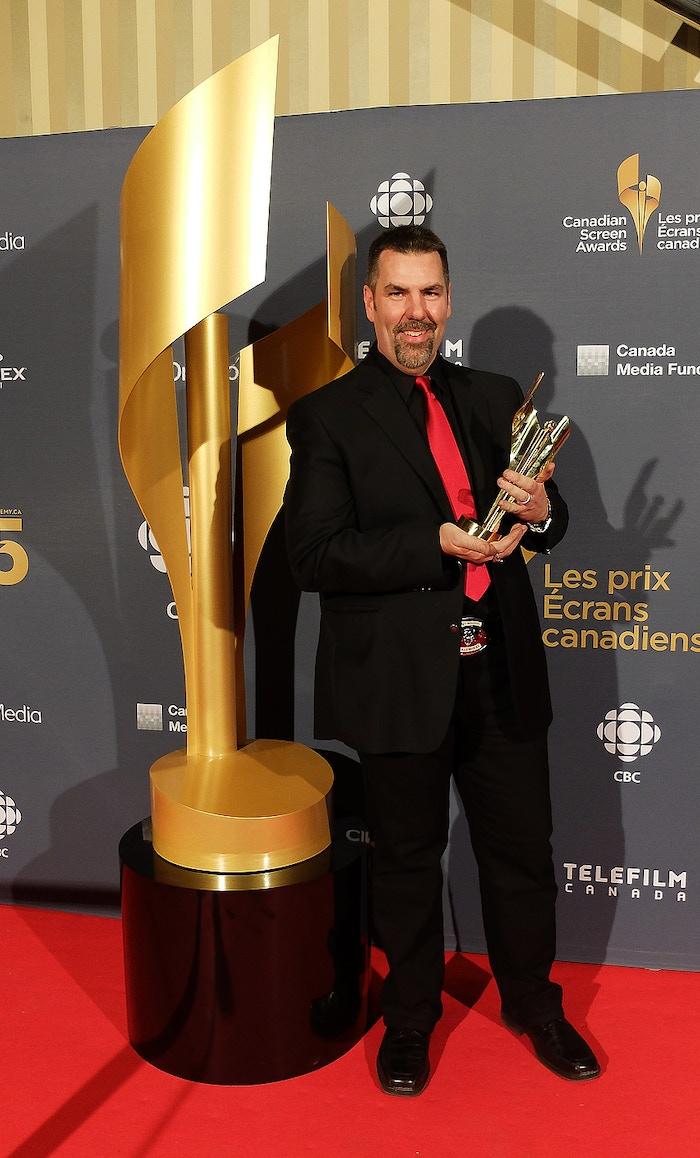 Erik avec un de ses  'Prix Écrans Canadiens' au Centre de conventions de Toronto remis pour la catégorie 'meilleurs maquillages télés'. Un trophée qu'il partage avec son épouse Edwina Voda pour la série américaine BEING HUMAN.