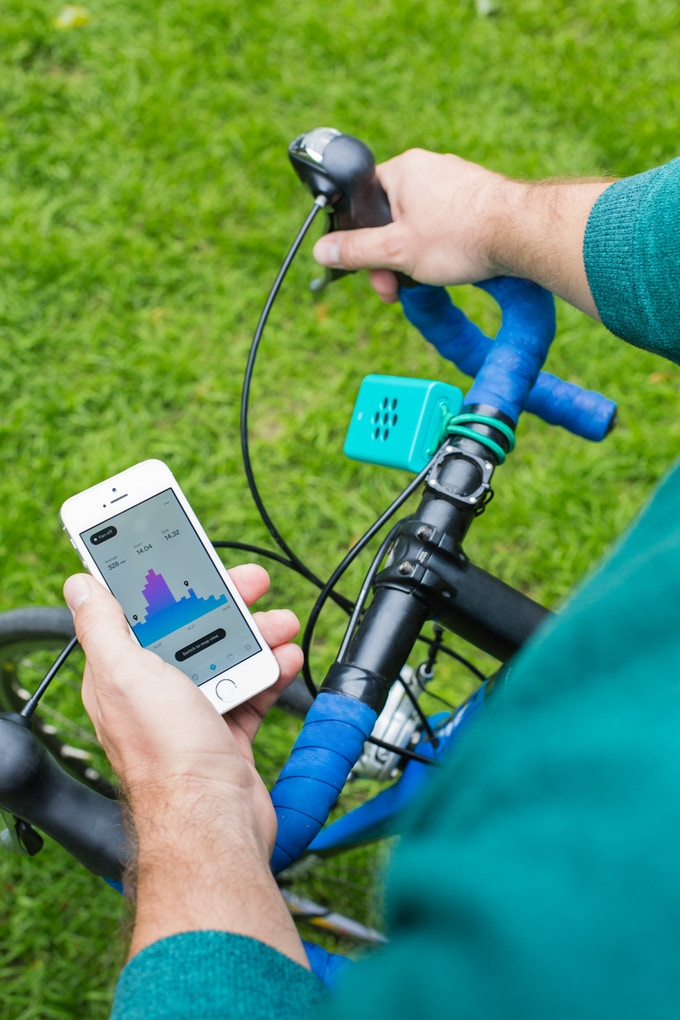 Brizi's sensor connects to the Brizi App via Bluetooth, and automatically uploads pollution data from your route.