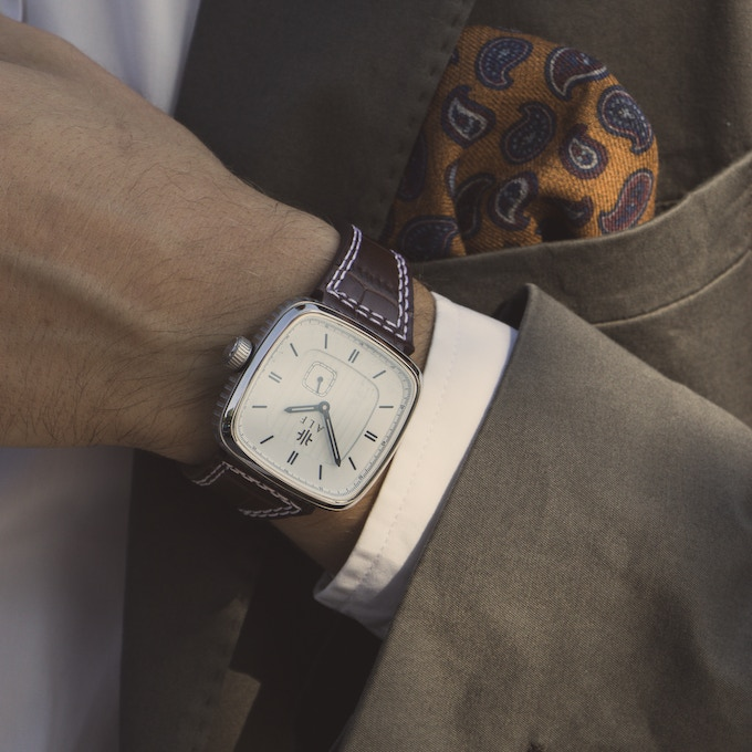 With a white dial the watch looks like a dressed watch and fits perfect together with a suit.