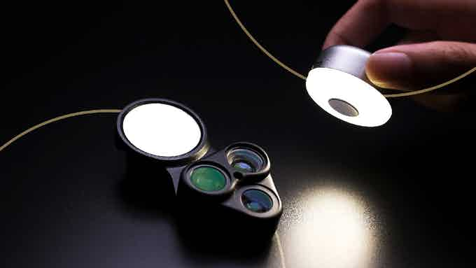 Detachable LED light to keep your photos well-lit at all times, helping you create the perfect photo whatever the conditions.