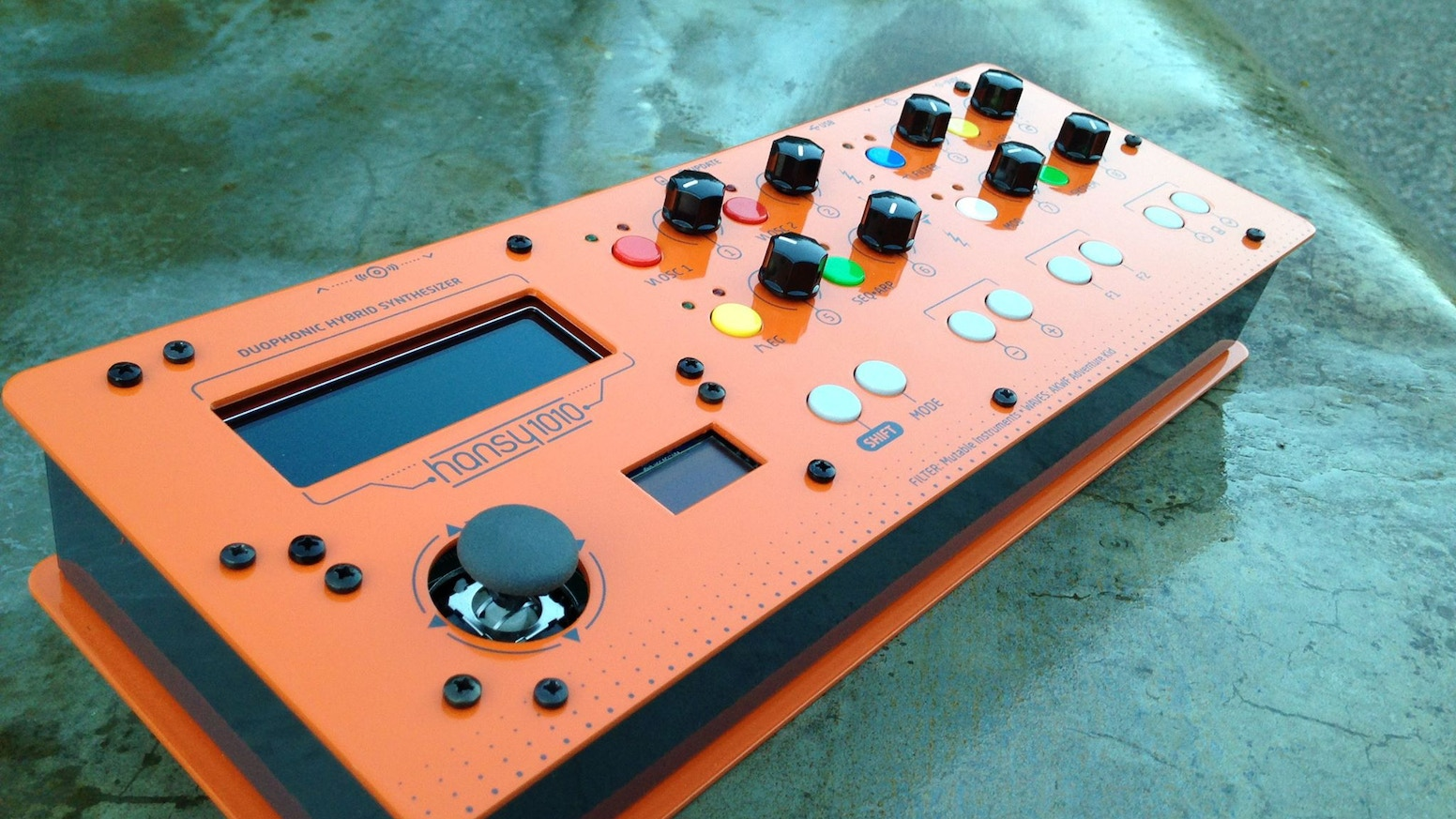 The HANSY1010 is a Hybrid Mono/Duophonic Synthesizer. A Digital mind with an analog soul