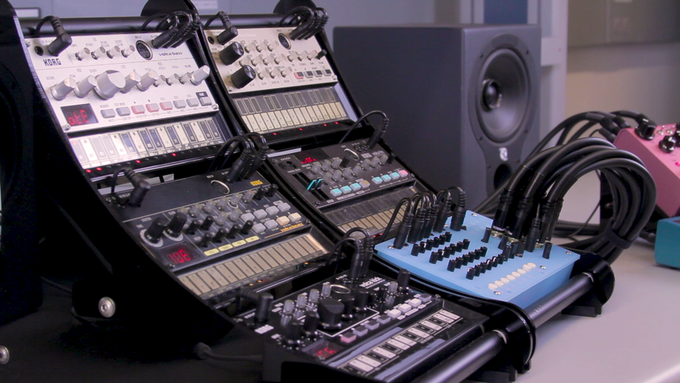 Vixen fits in Volca stands and racks.  KVgear Lobe V3 stands are used in this setup.