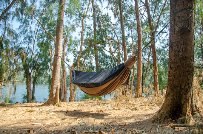 The ridgeline sets the sag of the hammock and takes the guess work out of setting it up.
