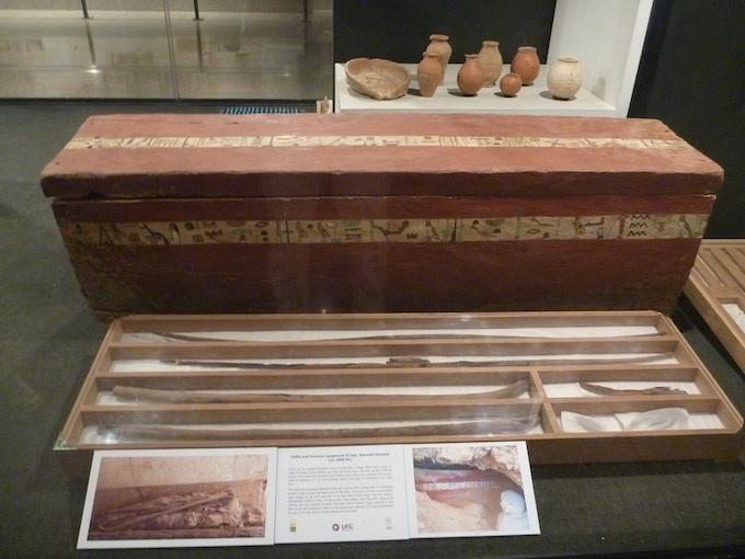 Ataúd de Iqer acompañado de sus arcos y flechas de hace 4.000 años, en el Museo de Luxor desde 2014  /  Coffin of Iqer with his bows and arrows that were made 4,000 years ago, in Luxor Museum since 2014.