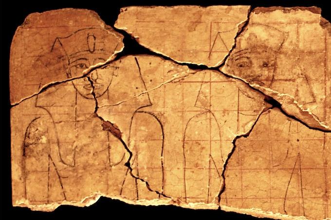 Pizarrín de madera que se empleó para aprender a escribir y dibujar ca. 1470 a. C.; en el Museo de Luxor desde 2004. / Wooden board used to practice writing and drawing ca. 1470 BC., in Luxor Museum since 2004.