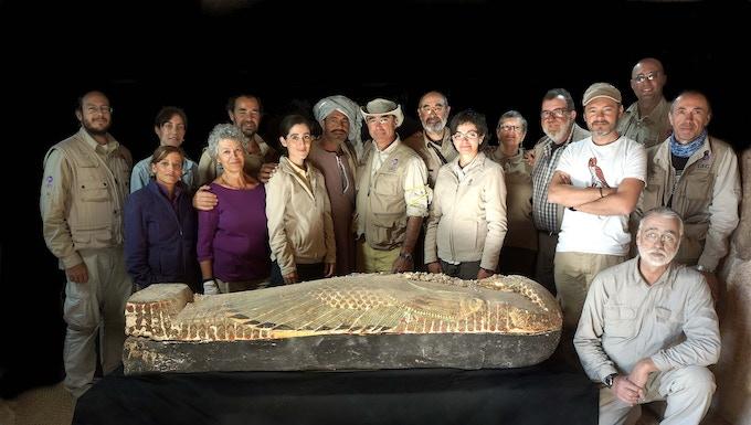 El equipo en foto de familia con el ataúd de Neb. / Family picture of the team with Neb´s coffin