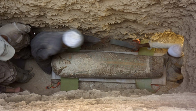 Enterramiento de Neb, ca. 1600 a. C., con un ataúd pintado con plumas y alas, en el Museo de Luxor desde 2015. / The burial of Neb, ca. 1600 BC., whose coffin was painted with feathers and wings, in Luxor Museum since 2015.