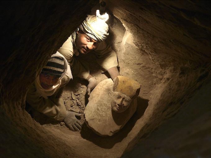 Cara de un ataúd hallada en uno de los pozos funerarios. / Face of a coffin found in a funerary shaft.