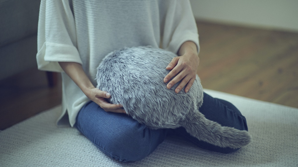 Qoobo : A pillow with a wagging tail