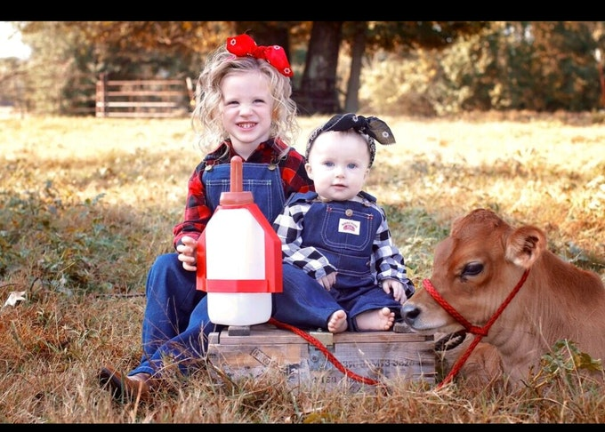 Oakley and her little sister Autumn - Image captured by Amanda Morrison Photography