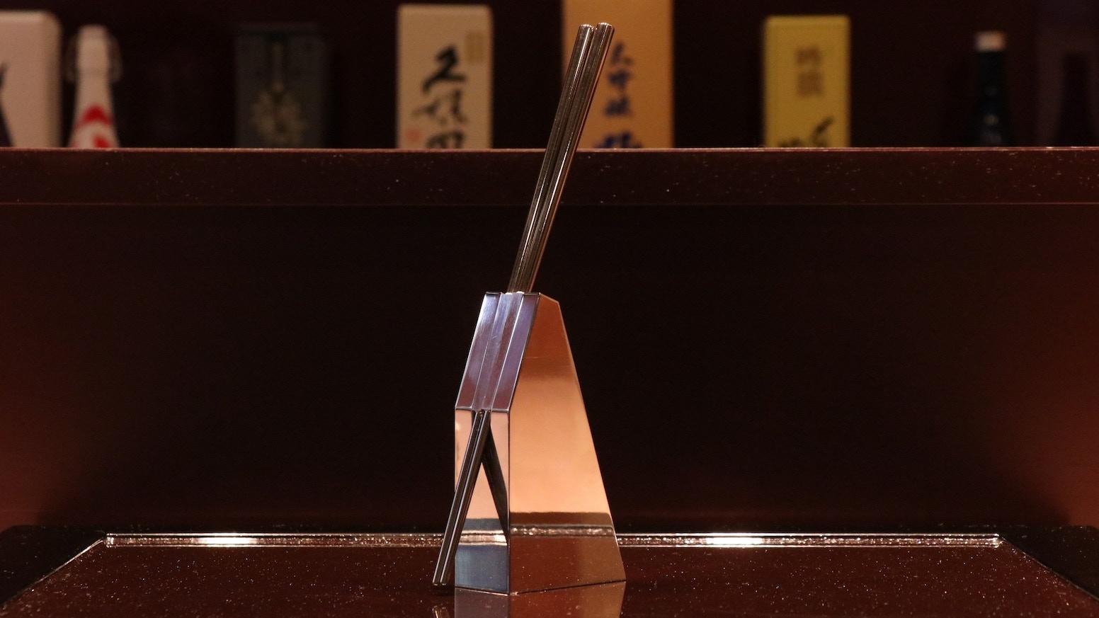 Making an unique style of chopsticks and stand from Tsubame City, JAPAN. iPodの鏡面仕上げなどで知られる新潟県燕市の技術を活かし、新しいスタイルのお箸とスタンドを制作します。