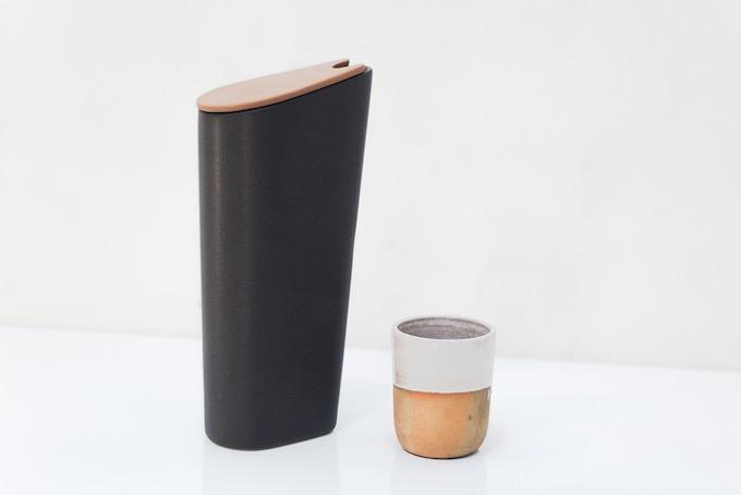 Jarra JNT en ceramica negra con tapa en engobe barro / Carafe JNT in black ceramic with terracotta lid
