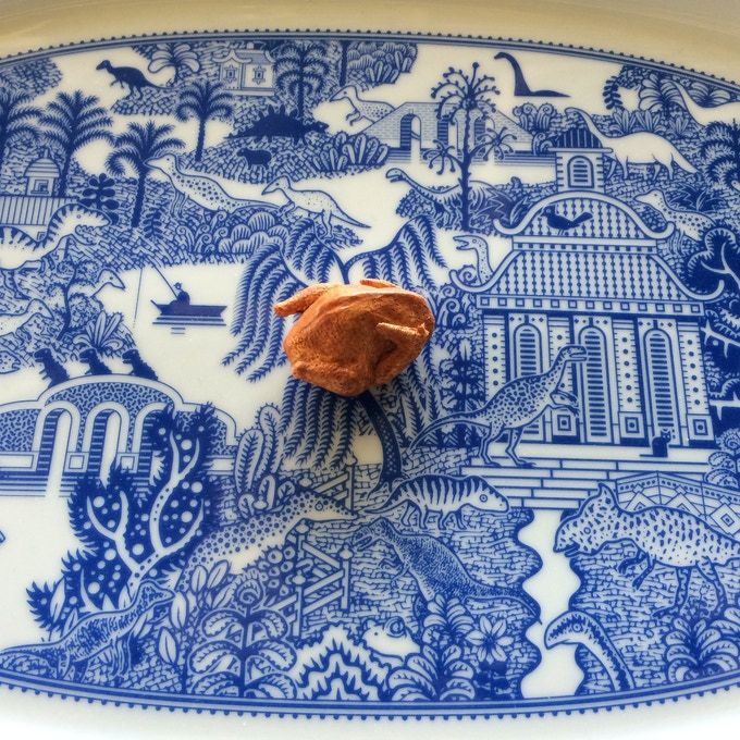 The platter is suitable for birds of various sizes.