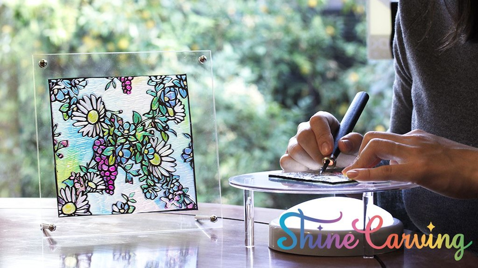 Carve beautiful patterns from designed vinyl sheet, and create a satisfying stained-glass effect with carving kit.