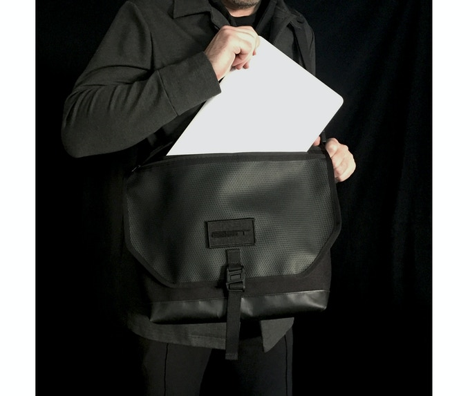 External access to interior items through the waterproof zipper (without opening the flap).