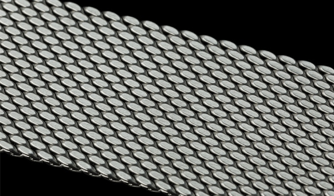 Add $20 to your pledge and swap one of the straps for a premium quality 316L stainless steel mesh band with brushed finishing and quick release springbar