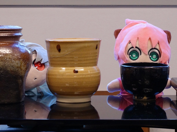 Suguri & Poppo appreciating traditional pottery