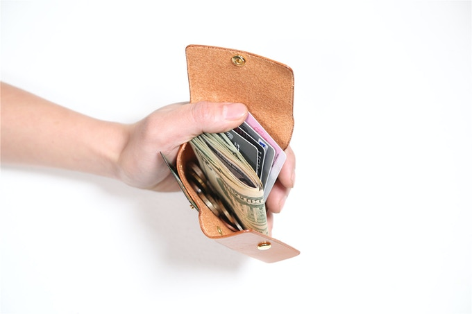 PLEI has one big slot for all your cards, cash and coins. You can put all of them in together to save time without separating. Open the front and the side flap at the same time to get exactly the cash or card you need.