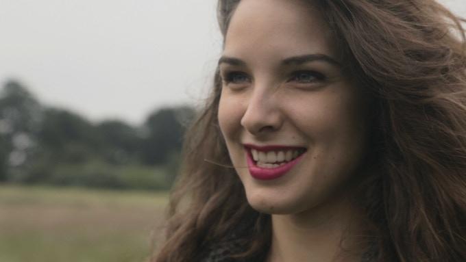 CAROLINE FAUVET, actrice française connue pour Je Suis Branché(s)(2016) et Géronimo (2014).
