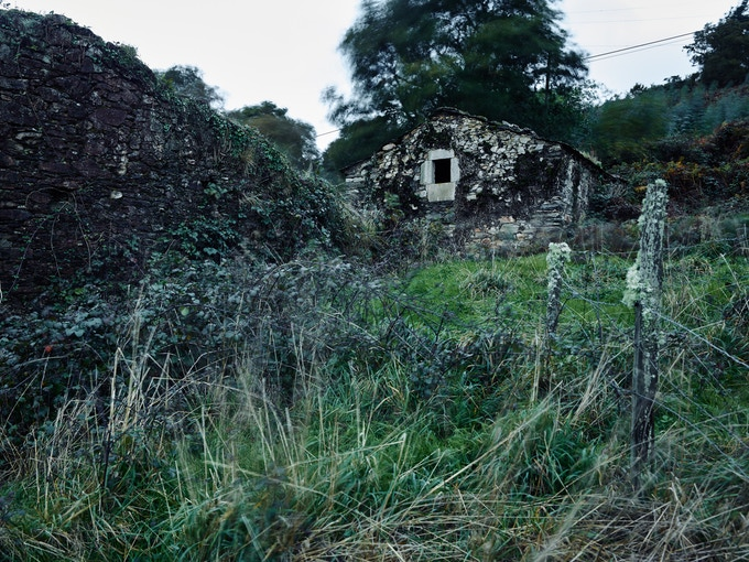 O Candedo, Ourol, Lugo. 16.4.1938, three women of the Casabella family, María Xosé, her daughter Felicitas and grand-daughter Encarna, 13 years, were murdered by Falangistas. Subsequently they shot the cattle, burned down the house and the grain.