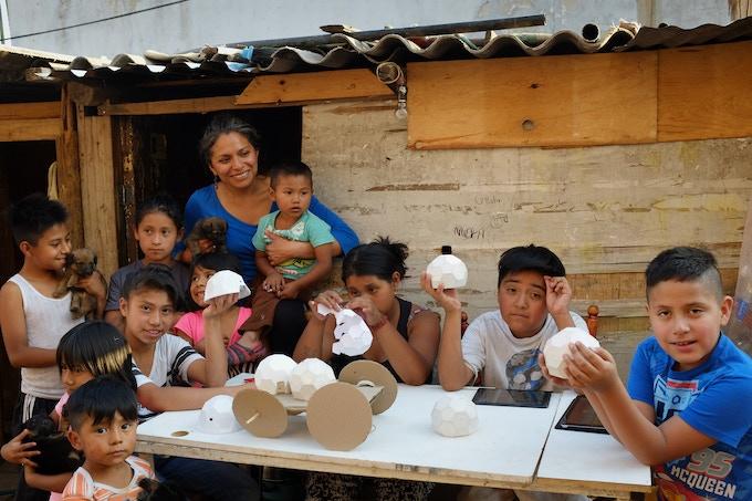 Niños apoyados por Colectivo Callejero / Kids that form part of Colectivo Callejero.