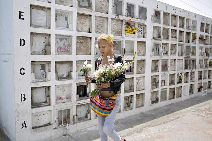 """Quase todas as semanas, Yasuri visita o Cemitério do Baquijano para deixar flores e rezar no túmulo de um santo peruano.  Ela disse que não pode mais suportar a prostituição.  """"Isso me deixa doente"""", disse Yasuri, que sonha em ter uma família e se casar um dia."""