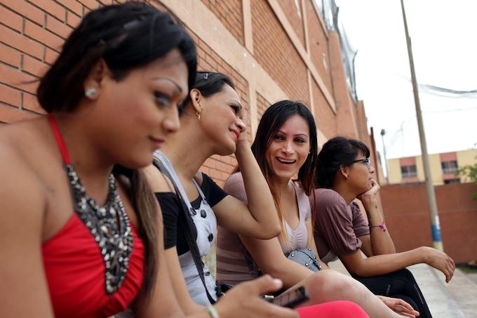Alice, no centro à direita, ri com suas amigas em um torneio de vôlei durante uma campanha para aumentar a conscientização sobre o HIV / AIDS.