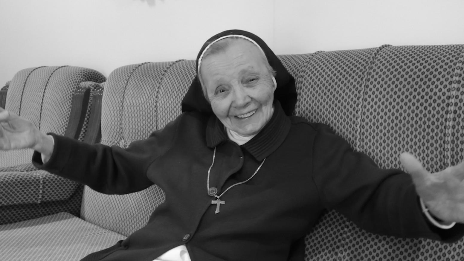 Sencilla, pícara y sabia. Este libro narra vida y esencia de la Hermana Agustina. Historias que inspiran una actitud. Descubrámoslas.