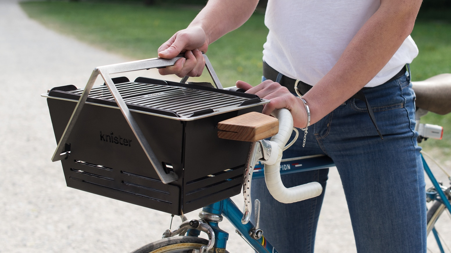 KNISTER is the first extendable charcoal grill you can transport by bike. Simply hook it to the handlebars and let's go!