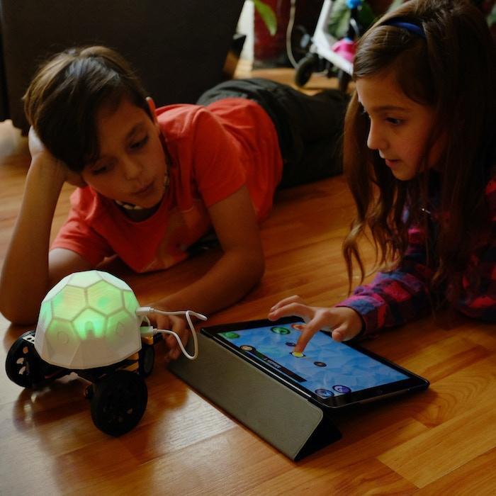 Una manera divertida y fácil de aprender robótica, programación y el Internet de las Cosas; preparando a los niños para los retos del futuro.---A fun and easy way to learn robotics, programming and IoT; preparing kids for the challenges of the future.
